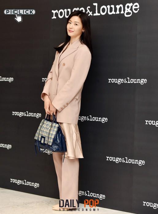 Mợ chảnh Jeon Ji Hyun gây náo loạn vì nhan sắc cực phẩm tại sự kiện, nhưng netizen lại chỉ chú ý đến chiếc nhẫn - Ảnh 4.