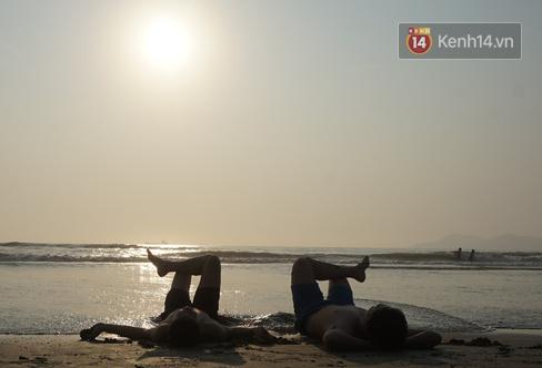 Du khách dậy 5 giờ sáng ra bãi biển Cửa Lò đón bình minh, tận hưởng khoảnh khắc vắng vẻ duy nhất trong ngày  - Ảnh 1.