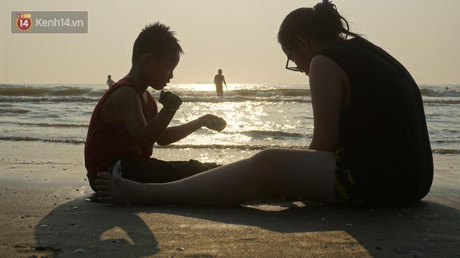 Du khách dậy 5 giờ sáng ra bãi biển Cửa Lò đón bình minh, tận hưởng khoảnh khắc vắng vẻ duy nhất trong ngày  - Ảnh 6.