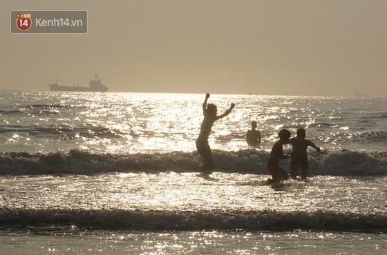 Du khách dậy 5 giờ sáng ra bãi biển Cửa Lò đón bình minh, tận hưởng khoảnh khắc vắng vẻ duy nhất trong ngày  - Ảnh 2.