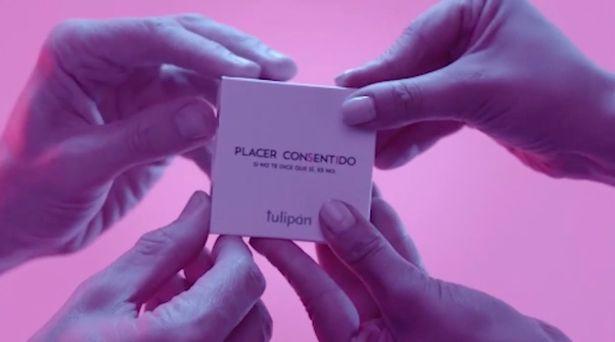 Xuất hiện loại bao cao su hợp tác song phương, bắt buộc phải đủ 4 bàn tay mới mở được hộp - Ảnh 1.