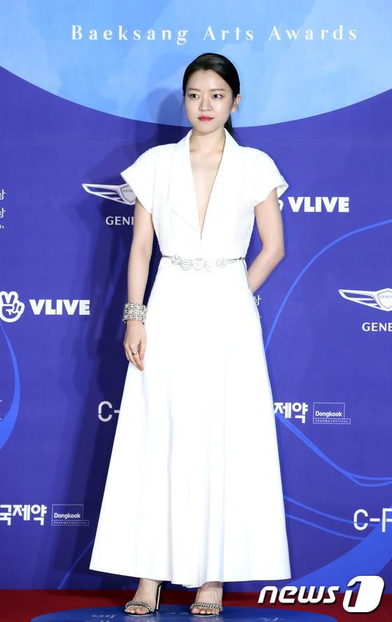Siêu thảm đỏ khủng nhất lịch sử Baeksang: Suzy và IU xuất thần với đầm công chúa, Hyun Bin dẫn đầu 50 sao Hàn quyền lực - Ảnh 29.
