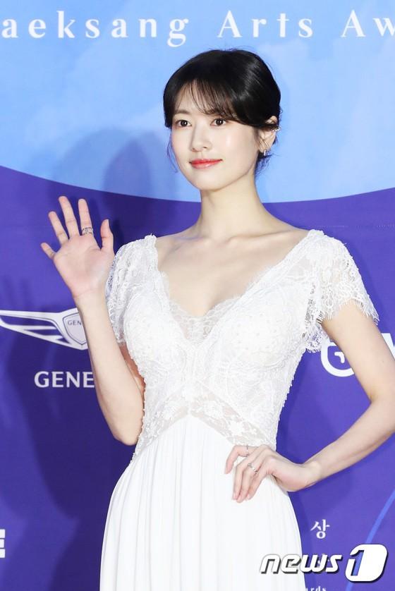 Siêu thảm đỏ khủng nhất lịch sử Baeksang: Suzy và IU xuất thần với đầm công chúa, Hyun Bin dẫn đầu 50 sao Hàn quyền lực - Ảnh 26.