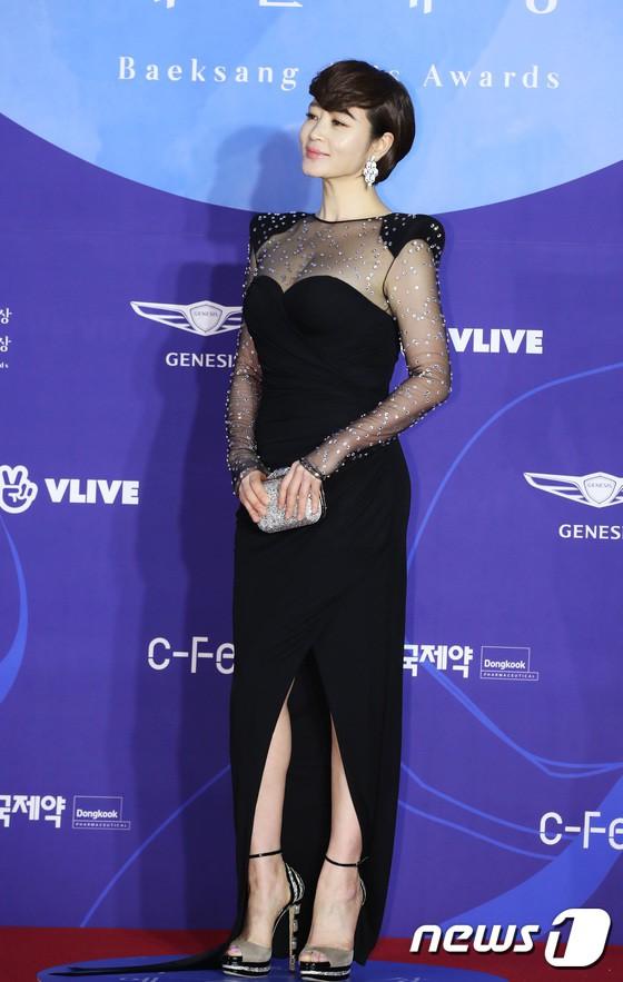 Siêu thảm đỏ khủng nhất lịch sử Baeksang: Suzy và IU xuất thần với đầm công chúa, Hyun Bin dẫn đầu 50 sao Hàn quyền lực - Ảnh 15.
