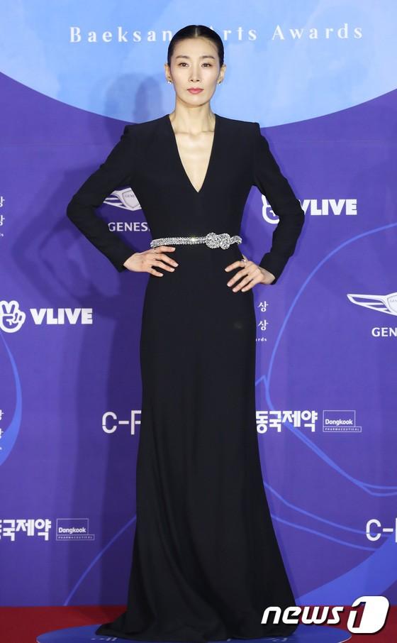 Siêu thảm đỏ khủng nhất lịch sử Baeksang: Suzy và IU xuất thần với đầm công chúa, Hyun Bin dẫn đầu 50 sao Hàn quyền lực - Ảnh 36.