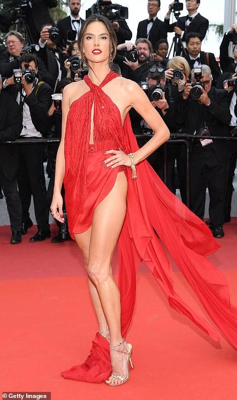 Thảm đỏ Cannes ngày 2: Thiên thần Victoria's Secret suýt lộ hàng, Phạm Băng Băng Thái Lan xinh như tiên tử - ảnh 1