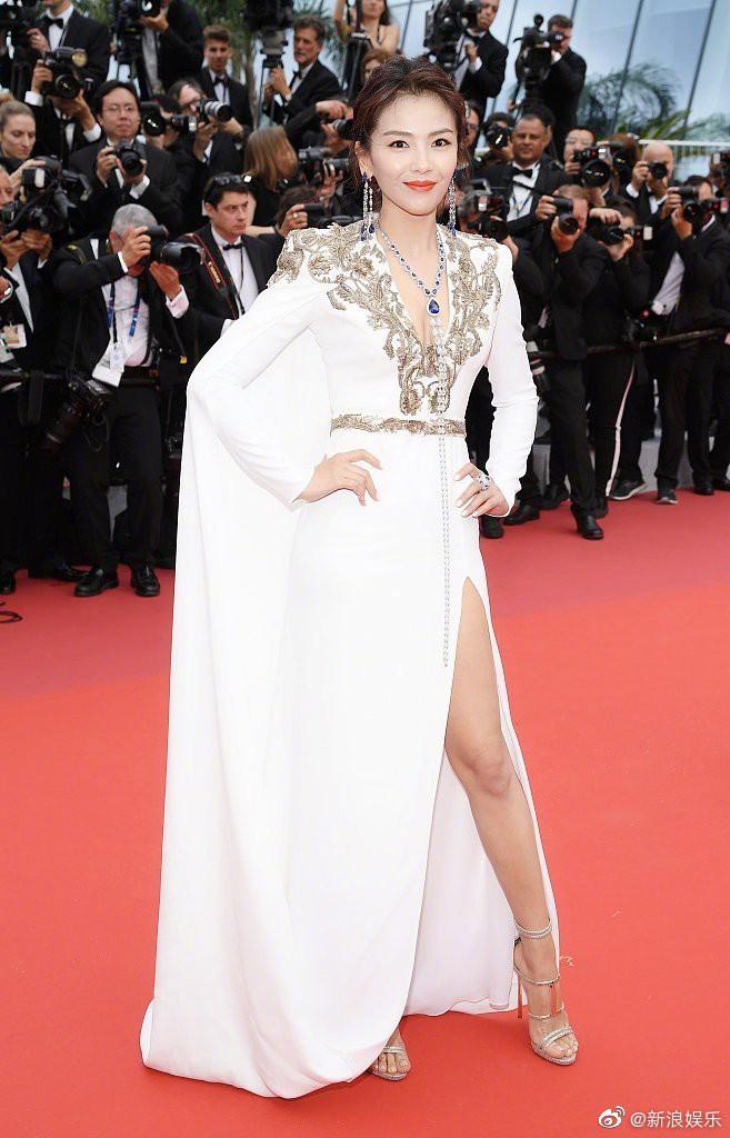 Thảm đỏ LHP Cannes 2019: Selena bức thở với vòng 1 khủng, Ella Fanning như bà hoàng bên dàn siêu mẫu Victorias Secret - Ảnh 27.