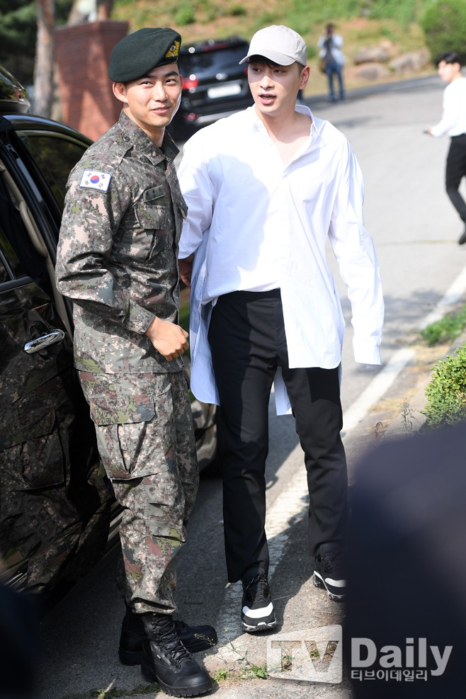 Nam thần quân ngũ Taecyeon (2PM) chính thức xuất ngũ, làn da mộc mịn màng đến mức khó tin của anh gây chú ý - ảnh 5