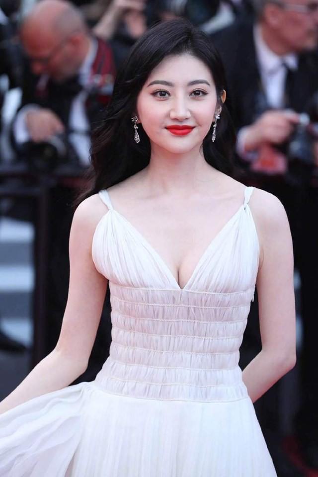 Hình ảnh Cảnh Điềm mặt dày tạo dáng, bị đuổi khỏi thảm đỏ Cannes 5 lần 7 lượt gây tranh cãi MXH - ảnh 8