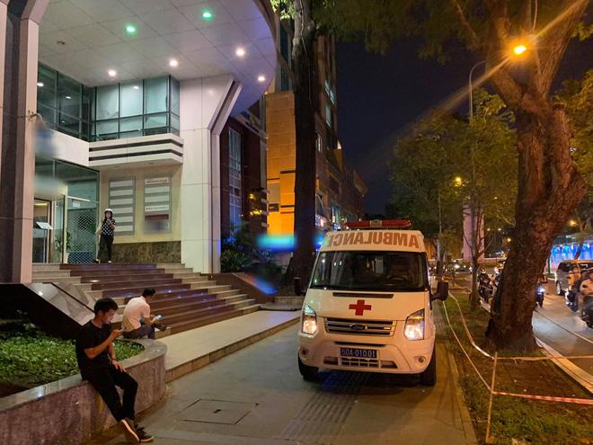 Nam tài xế tử vong trong nhà vệ sinh toà nhà cao tầng giữa trung tâm Sài Gòn - Ảnh 1.