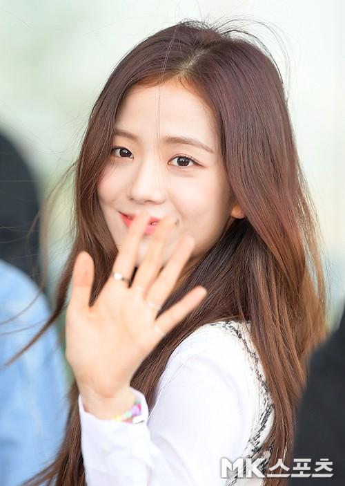 BLACKPINK lại gây náo loạn sân bay: Jennie và Lisa như đi catwalk, Jisoo lại chiếm trọn spotlight vì đẹp xuất thần - ảnh 7