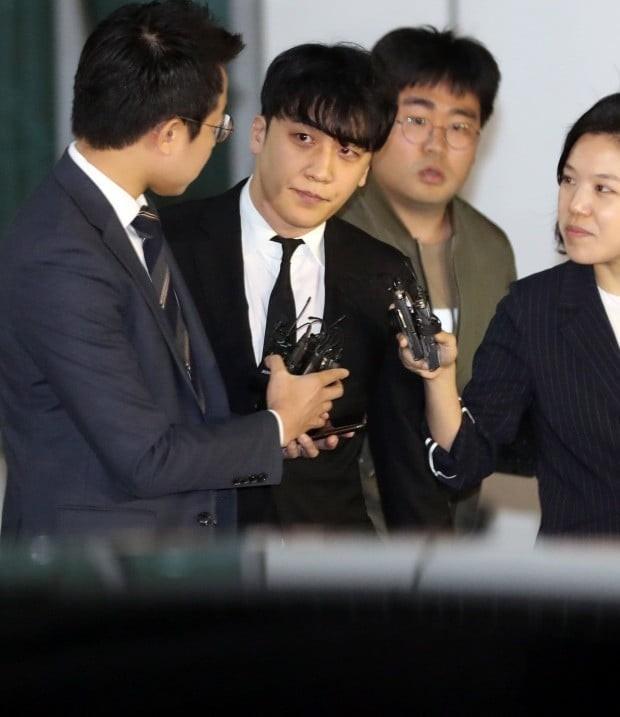 Giữa chảo lửa tranh cãi, hình ảnh bố Seungri chờ sẵn ở xe để đón con trai sau khi tòa hủy lệnh bắt gây chú ý - Ảnh 1.