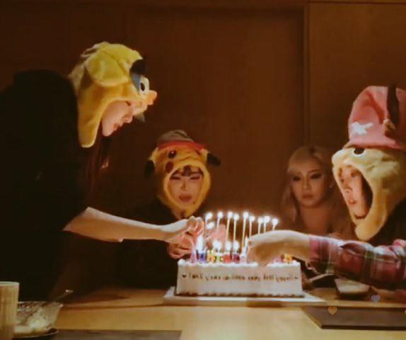 Hình ảnh lấy đi nước mắt hàng nghìn fan: 4 thành viên 2NE1 hội ngộ, cùng nhau cắt bánh mừng kỷ niệm 10 năm ra mắt - Ảnh 3.