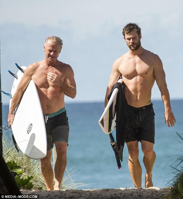 Thân hình bố của Thor Chris Hemsworth bất ngờ gây bão: Ai dè còn chuẩn hơn hàng Úc siêu hot của con trai - ảnh 1