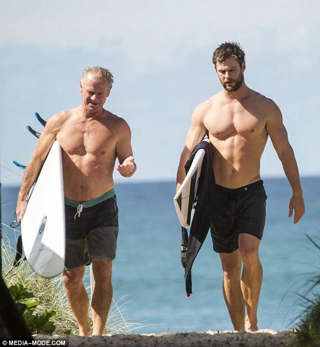 Thân hình bố của Thor Chris Hemsworth bất ngờ gây bão: Ai dè còn chuẩn hơn hàng Úc siêu hot của con trai - ảnh 2