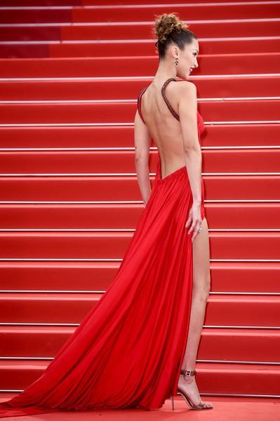 Ngày 4 Cannes: Bella Hadid diễn sâu hết cỡ bên Hoa hậu Thế giới trội nhất thảm đỏ, Thánh lố hoa lá hẹ xuất hiện - ảnh 2