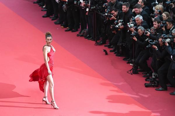 Ngày 4 Cannes: Bella Hadid diễn sâu hết cỡ bên Hoa hậu Thế giới trội nhất thảm đỏ, Thánh lố hoa lá hẹ xuất hiện - ảnh 3