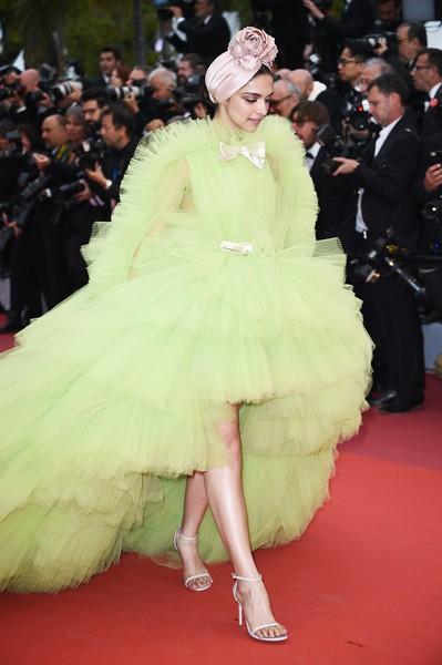 Ngày 4 Cannes: Bella Hadid diễn sâu hết cỡ bên Hoa hậu Thế giới trội nhất thảm đỏ, Thánh lố hoa lá hẹ xuất hiện - ảnh 6