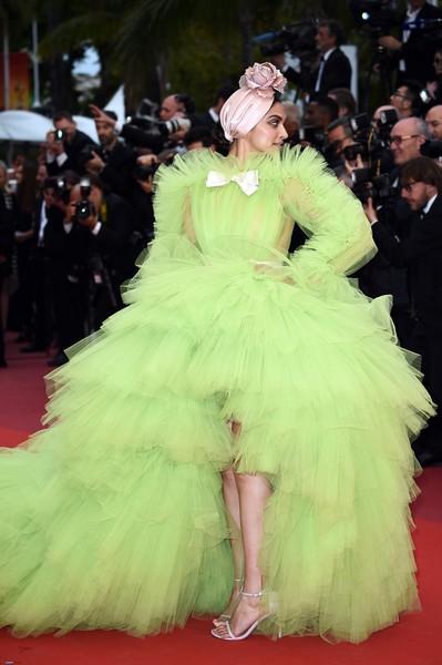 Ngày 4 Cannes: Bella Hadid diễn sâu hết cỡ bên Hoa hậu Thế giới trội nhất thảm đỏ, Thánh lố hoa lá hẹ xuất hiện - ảnh 7
