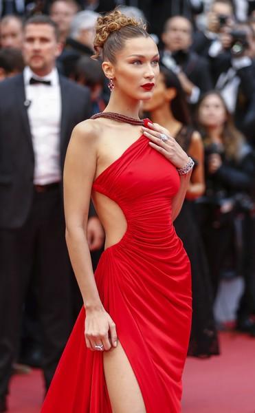 Ngày 4 Cannes: Bella Hadid diễn sâu hết cỡ bên Hoa hậu Thế giới trội nhất thảm đỏ, Thánh lố hoa lá hẹ xuất hiện - ảnh 1