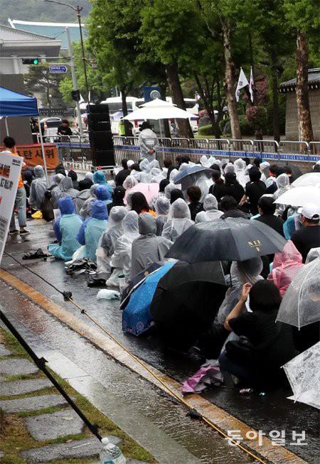Hơn 1.700 người xếp hàng dài đội mưa biểu tình trước dinh Tổng thống, phẫn nộ vì vụ bê bối Burning Sun và Seungri - Ảnh 11.