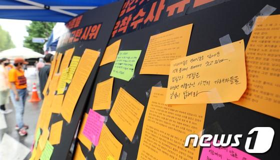 Hơn 1.700 người xếp hàng dài đội mưa biểu tình trước dinh Tổng thống, phẫn nộ vì vụ bê bối Burning Sun và Seungri - Ảnh 9.