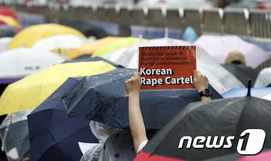 Hơn 1.700 người xếp hàng dài đội mưa biểu tình trước dinh Tổng thống, phẫn nộ vì vụ bê bối Burning Sun và Seungri - Ảnh 5.
