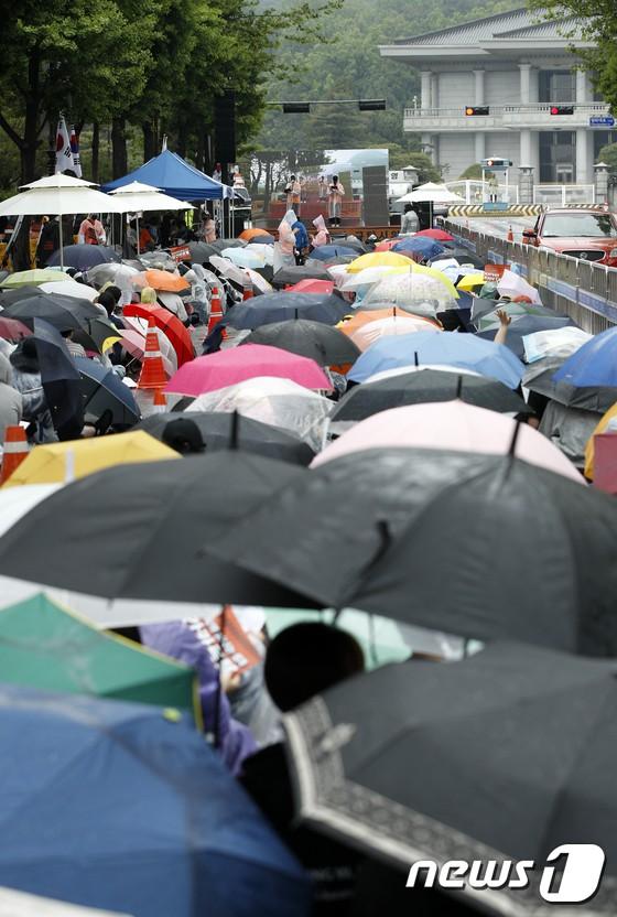 Hơn 1.700 người xếp hàng dài đội mưa biểu tình trước dinh Tổng thống, phẫn nộ vì vụ bê bối Burning Sun và Seungri - Ảnh 4.