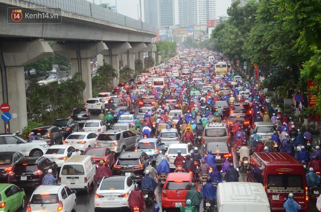 Ảnh: Hà Nội đón mưa vàng giải nhiệt sau đợt nắng nóng kinh hoàng, nhiều tuyến đường ùn tắc giờ cao điểm - ảnh 5