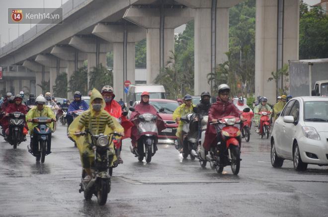 Ảnh: Hà Nội đón mưa vàng giải nhiệt sau đợt nắng nóng kinh hoàng, nhiều tuyến đường ùn tắc giờ cao điểm - ảnh 1