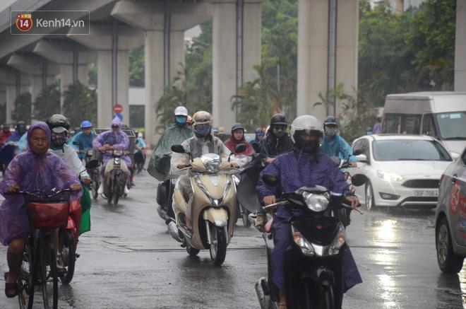 Ảnh: Hà Nội đón mưa vàng giải nhiệt sau đợt nắng nóng kinh hoàng, nhiều tuyến đường ùn tắc giờ cao điểm - ảnh 3