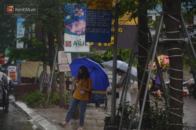 Ảnh: Hà Nội đón mưa vàng giải nhiệt sau đợt nắng nóng kinh hoàng, nhiều tuyến đường ùn tắc giờ cao điểm - ảnh 9