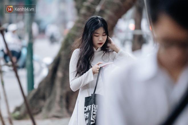 Đặc sản mùa bế giảng: Con gái Hà Nội chỉ cần diện áo dài trắng thôi là xinh hết phần người khác rồi! - Ảnh 28.
