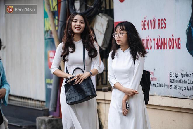 Đặc sản mùa bế giảng: Con gái Hà Nội chỉ cần diện áo dài trắng thôi là xinh hết phần người khác rồi! - Ảnh 26.