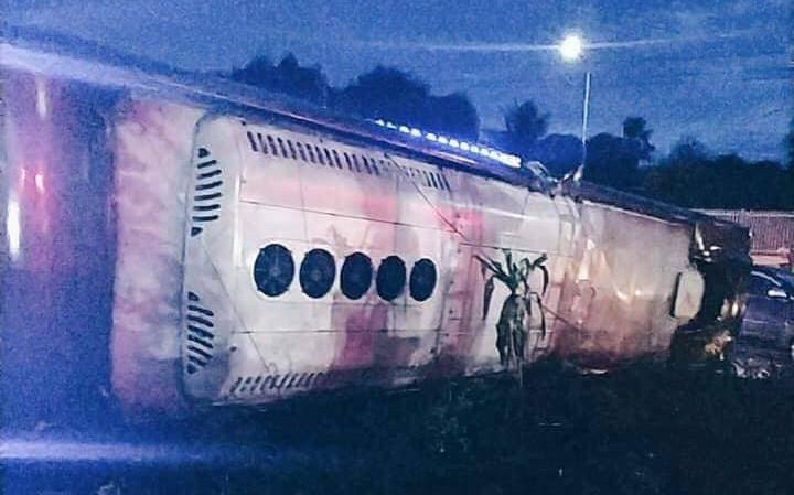 Xe khách nổ lốp lật trên đường khiến 2 mẹ con văng ra ngoài tử vong, 17 người khác bị thương