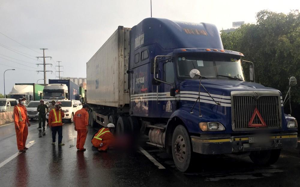 Người đàn ông mang quốc tịch Mỹ lao đầu vào xe container tự tử ở Sài Gòn
