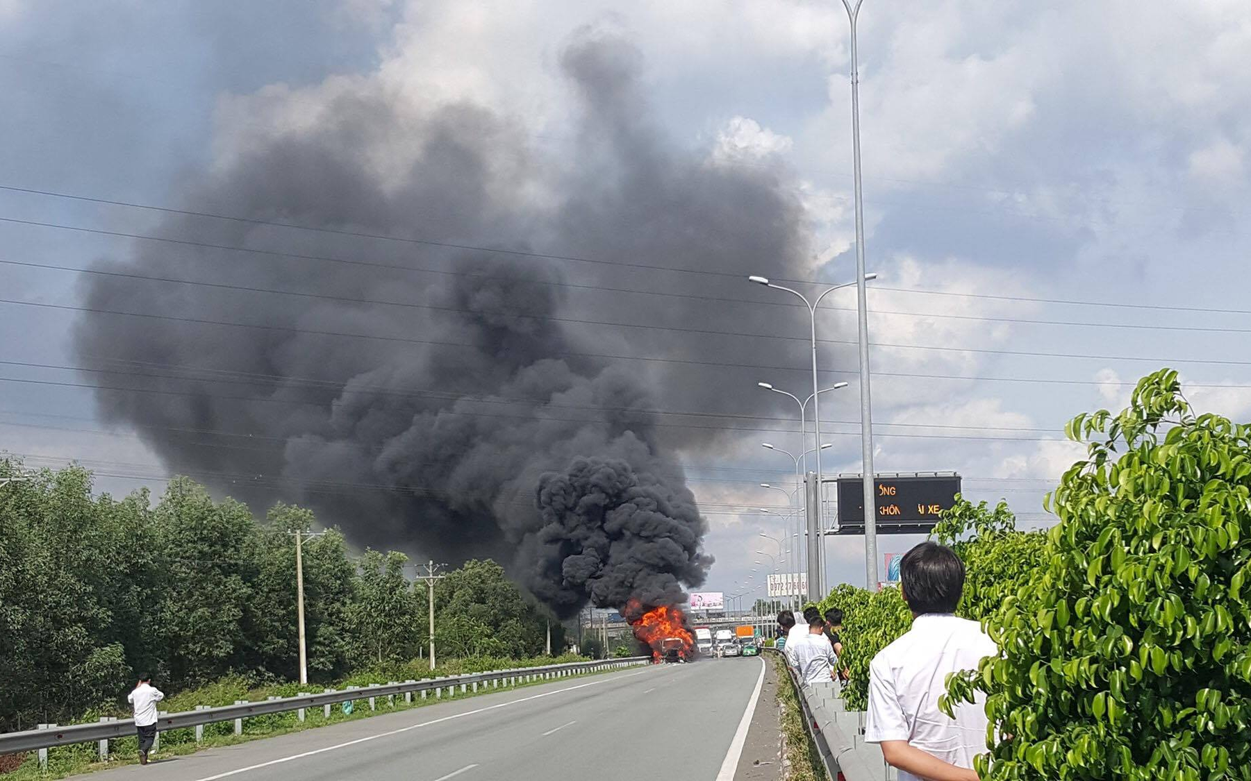 Container bốc cháy dữ dội, phong tỏa cao tốc TP HCM-Long Thành-Dầu Giây để dập lửa