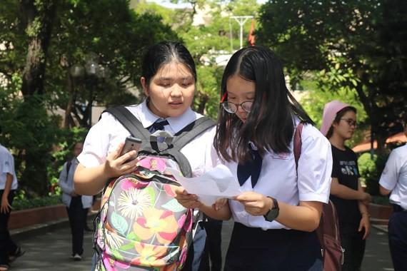 Kỳ thi tuyển sinh lớp 10: Giá xăng tăng vào đề thi trường Năng khiếu, thí sinh dễ thở - ảnh 3