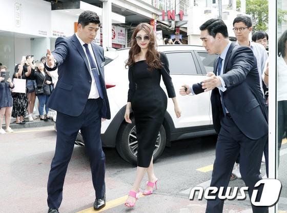 Nữ thần sắc đẹp Suzy gây náo loạn khu phố Hàn vì đẹp lồng lộn, được dàn vệ sĩ hộ tống như bà hoàng tại sự kiện - ảnh 1