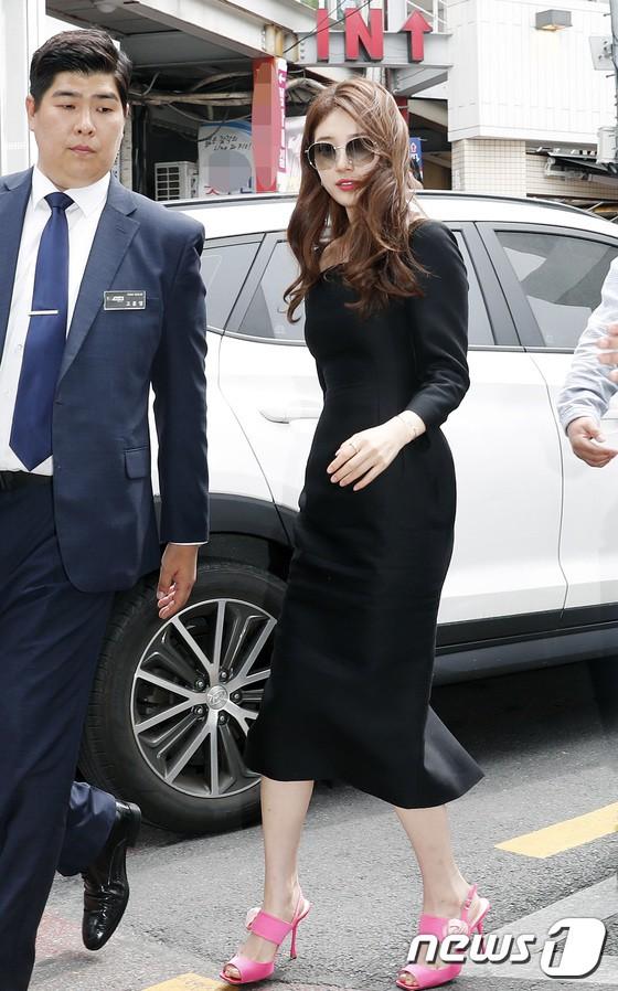 Nữ thần sắc đẹp Suzy gây náo loạn khu phố Hàn vì đẹp lồng lộn, được dàn vệ sĩ hộ tống như bà hoàng tại sự kiện - ảnh 2