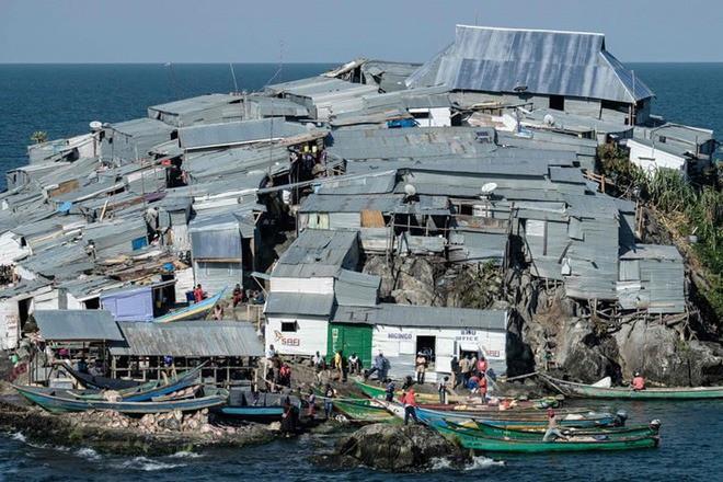 """Hòn đảo """"nghẹt thở"""" nhất hành tinh: Chưa bằng nửa sân bóng nhưng có cả nghìn dân - ảnh 5"""