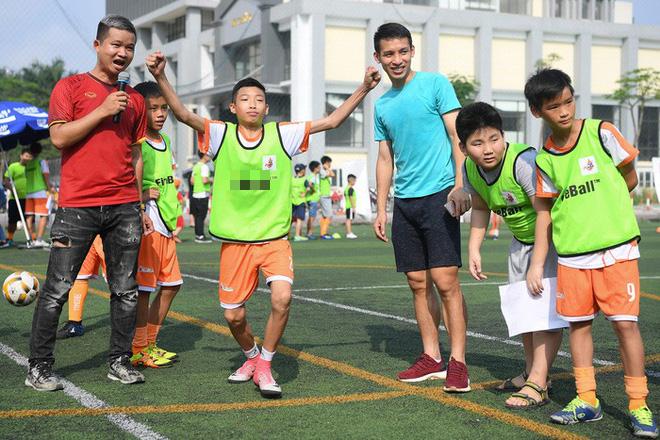 Tiền vệ Hùng Dũng trở về làm thầy Chíp, dạy các em nhỏ đá bóng cực vui - ảnh 6