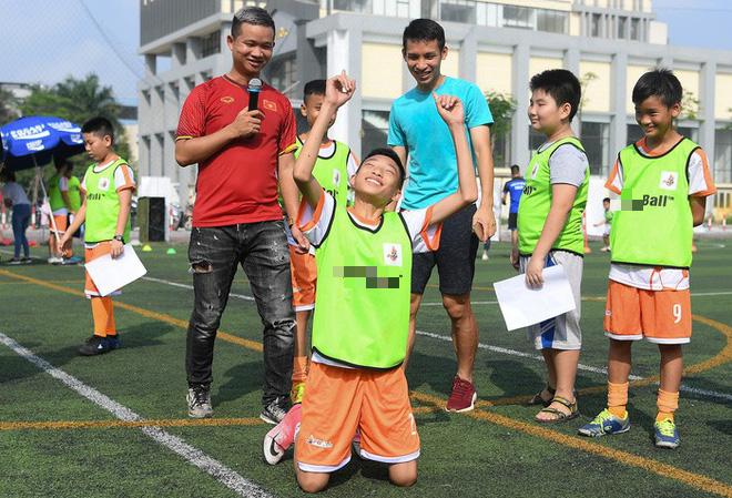 Tiền vệ Hùng Dũng trở về làm thầy Chíp, dạy các em nhỏ đá bóng cực vui - ảnh 7