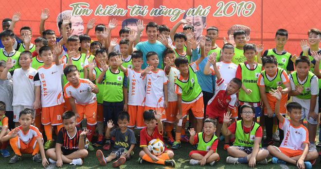 Tiền vệ Hùng Dũng trở về làm thầy Chíp, dạy các em nhỏ đá bóng cực vui - ảnh 9