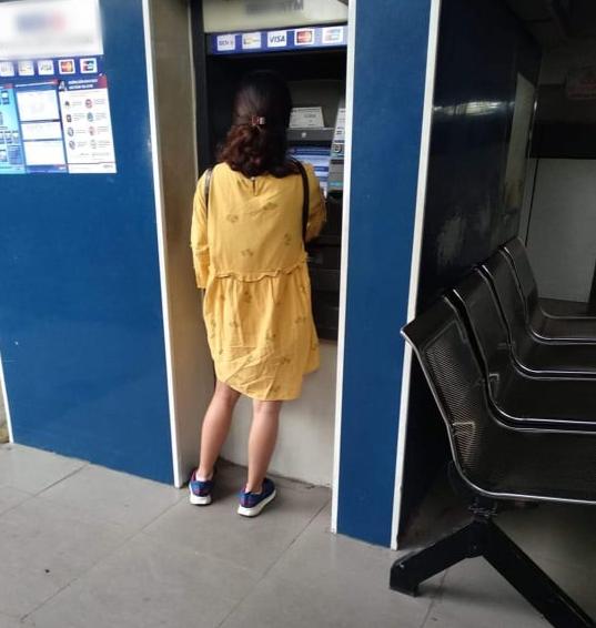 Dân tình chia phe vì chuyện chị gái cần 1 triệu nhưng chỉ rút 100k/lần, bị ý kiến thì bảo: Dùng cây ATM bao lâu là việc của tôi - ảnh 1