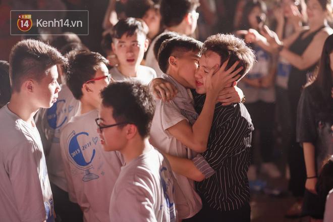 Cư dân mạng phát sốt trước nụ hôn hai nam sinh dành cho nhau lúc chia tay: Tình bạn đôi khi lãng mạn hơn tình yêu! - ảnh 1