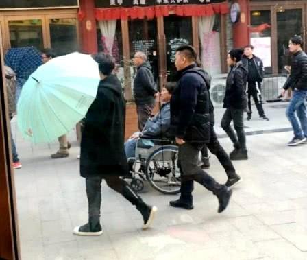 Hồng Kim Bảo - tình cũ Phạm Băng Băng ngồi xe lăn ở tuổi xế chiều với tình trạng sức khoẻ đi xuống - Ảnh 2.