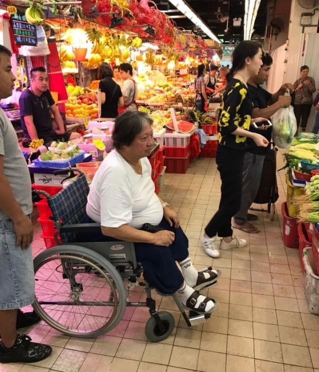 Hồng Kim Bảo - tình cũ Phạm Băng Băng ngồi xe lăn ở tuổi xế chiều với tình trạng sức khoẻ đi xuống - Ảnh 3.