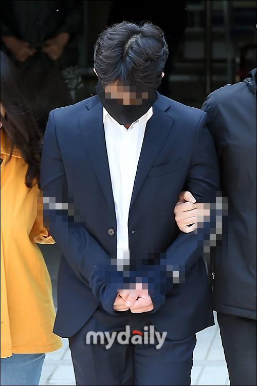 Anh trai Yuri (SNSD) và Choi Jong Hoon chính thức bị bắt, trói chặt bằng dây thừng vì cáo buộc hiếp dâm tập thể - Ảnh 9.