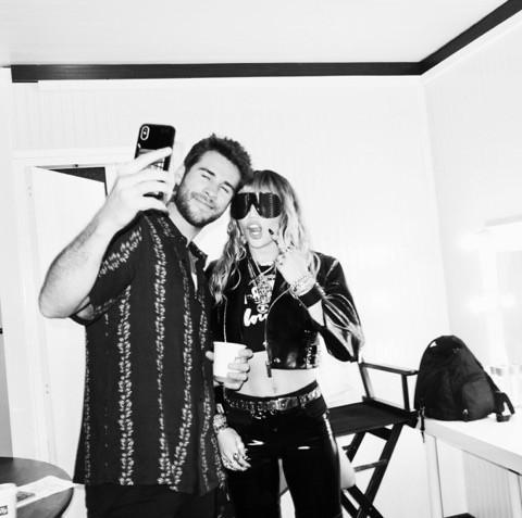 Chồng quốc dân Liam Hemsworth: Đích thân hộ tống và chăm sóc Miley Cyrus trong chuyến lưu diễn xa - Ảnh 4.